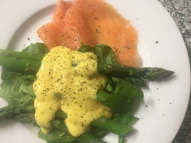 asparagus with smoked salmon and hollandaise sauce