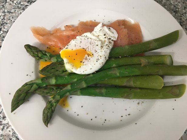asparagus with smoked salmon and poached egg